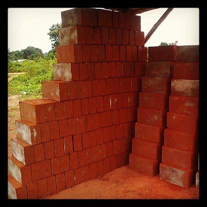 Des briques stabilisées en terre rouge.